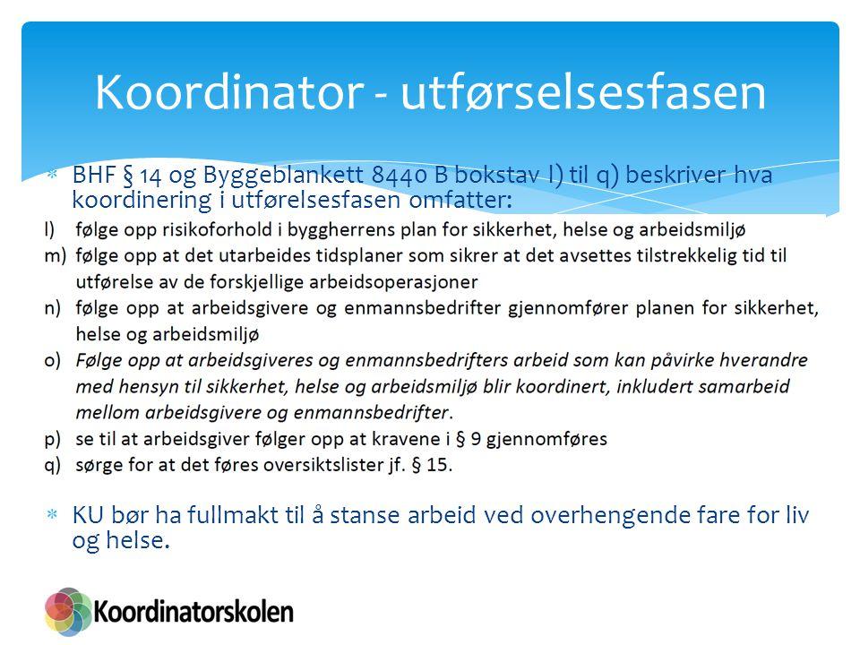  BHF § 14 og Byggeblankett 8440 B bokstav l) til q) beskriver hva koordinering i utførelsesfasen omfatter:  KU bør ha fullmakt til å stanse arbeid v