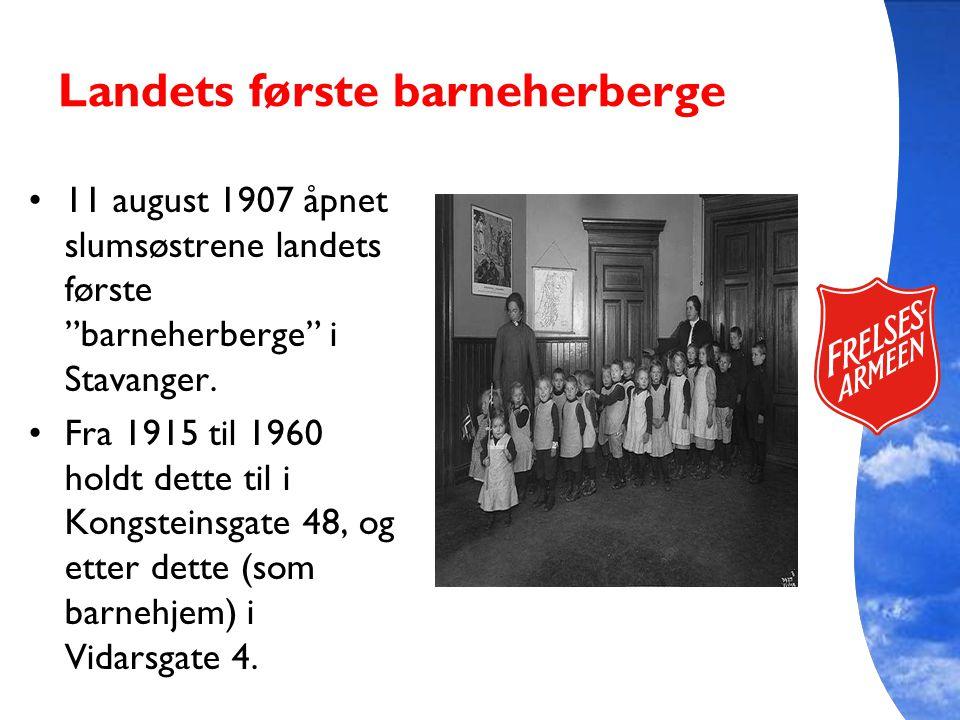"Landets første barneherberge 11 august 1907 åpnet slumsøstrene landets første ""barneherberge"" i Stavanger. Fra 1915 til 1960 holdt dette til i Kongste"