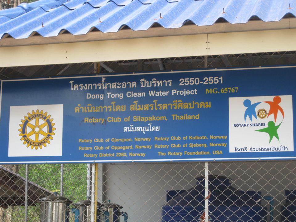 Skolen har mer enn nok rent vann. Landsbyboerne kan hente vann på skolens område.
