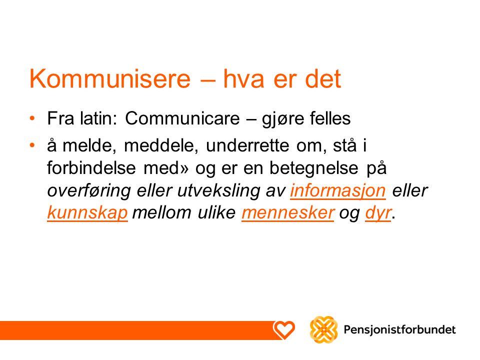 Kommunisere – hva er det Fra latin: Communicare – gjøre felles å melde, meddele, underrette om, stå i forbindelse med» og er en betegnelse på overføring eller utveksling av informasjon eller kunnskap mellom ulike mennesker og dyr.informasjon kunnskapmenneskerdyr