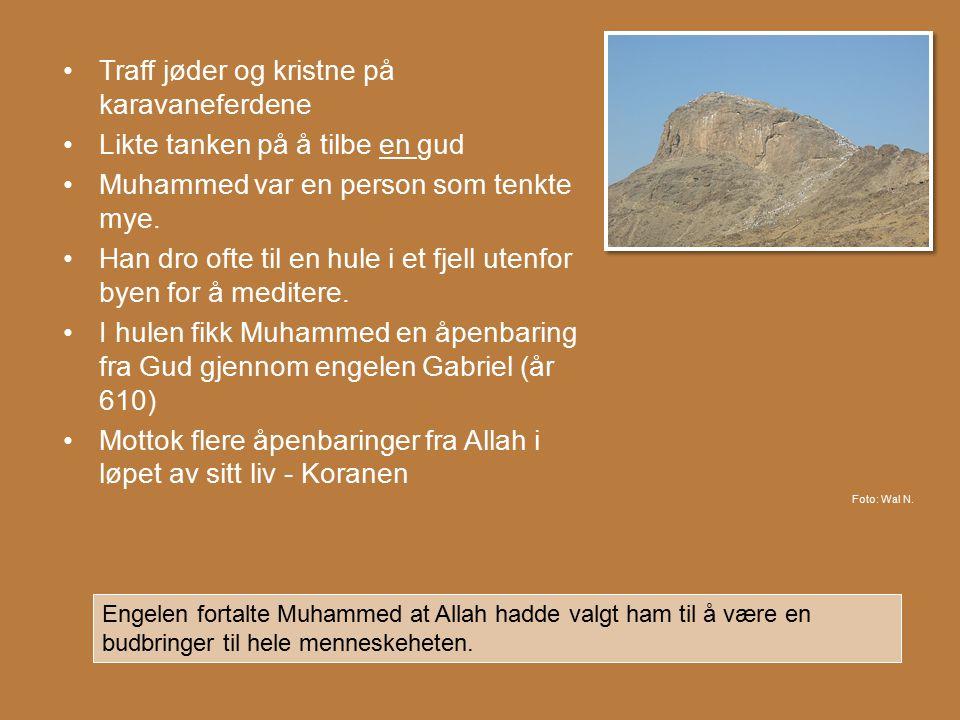 Traff jøder og kristne på karavaneferdene Likte tanken på å tilbe en gud Muhammed var en person som tenkte mye. Han dro ofte til en hule i et fjell ut