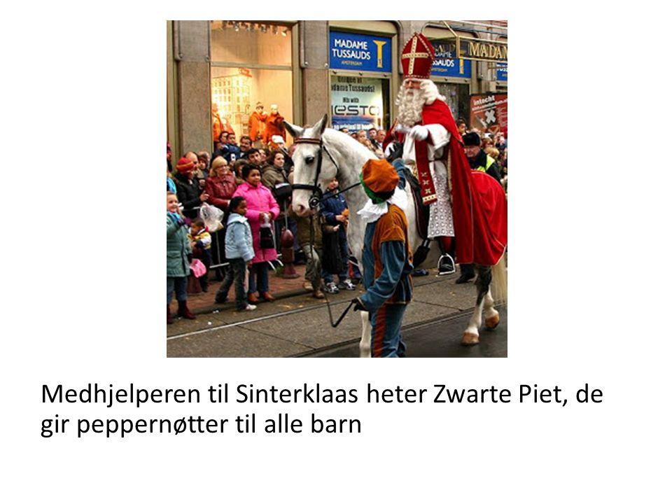 Medhjelperen til Sinterklaas heter Zwarte Piet, de gir peppernøtter til alle barn