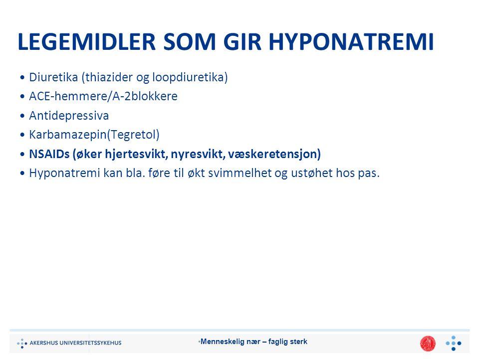 Menneskelig nær – faglig sterk LEGEMIDLER SOM GIR HYPONATREMI Diuretika (thiazider og loopdiuretika) ACE-hemmere/A-2blokkere Antidepressiva Karbamazepin(Tegretol) NSAIDs (øker hjertesvikt, nyresvikt, væskeretensjon) Hyponatremi kan bla.