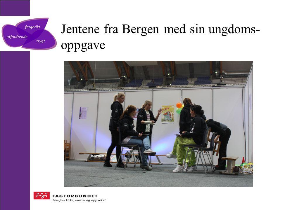 Jentene fra Bergen med sin ungdoms- oppgave