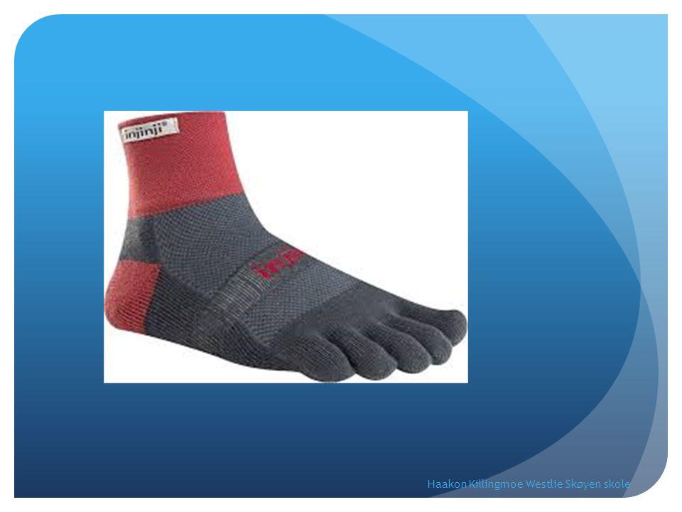 Du har en skuff full av sokker.Sokkene har enten fargen rød, hvit eller blå.