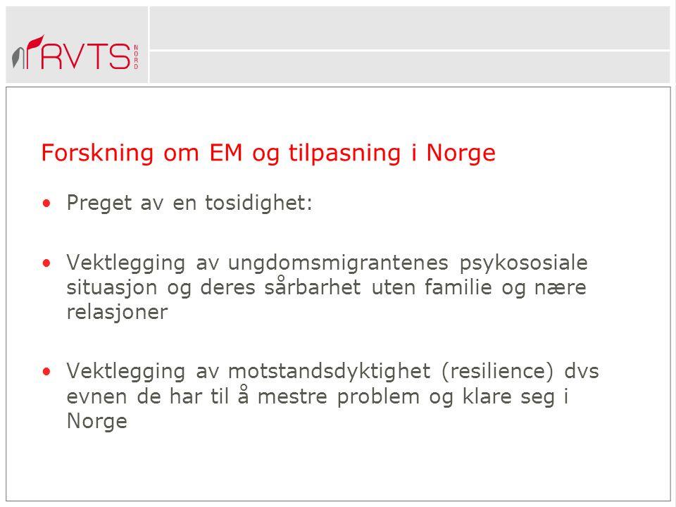 Forskning om EM og tilpasning i Norge Preget av en tosidighet: Vektlegging av ungdomsmigrantenes psykososiale situasjon og deres sårbarhet uten familie og nære relasjoner Vektlegging av motstandsdyktighet (resilience) dvs evnen de har til å mestre problem og klare seg i Norge