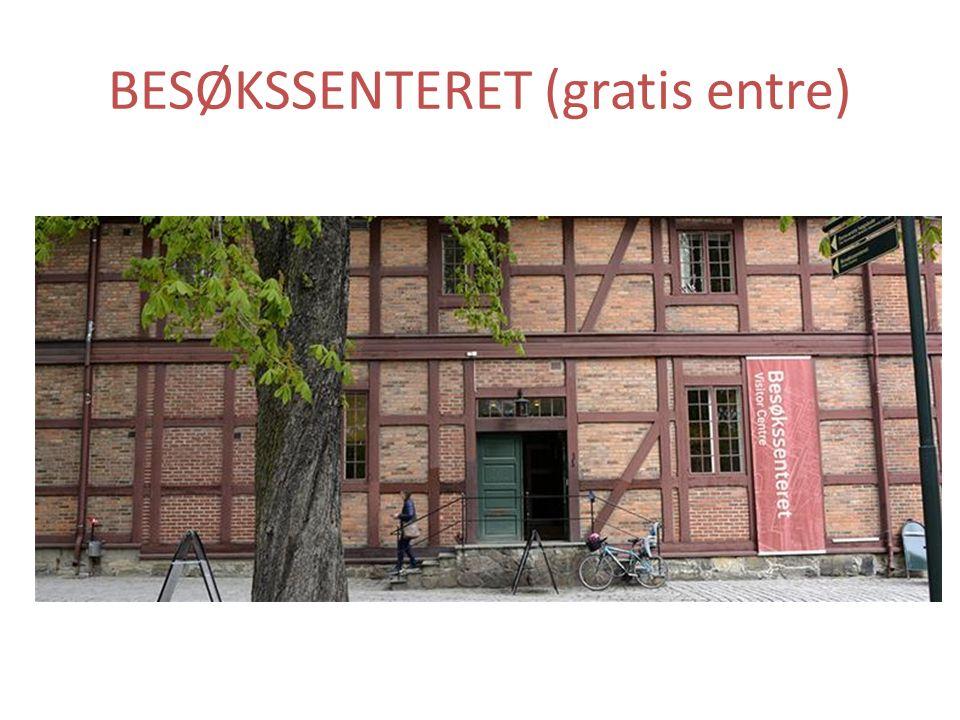 Besøkssenteret holder til i det lange røde hus fra 1774 rett ved Karpedammen.
