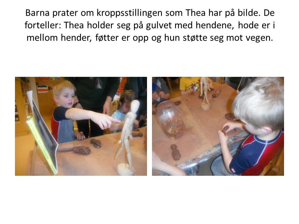 Barna prater om kroppsstillingen som Thea har på bilde. De forteller: Thea holder seg på gulvet med hendene, hode er i mellom hender, føtter er opp og