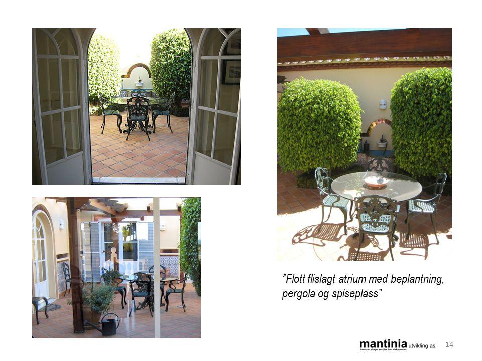 Flott flislagt atrium med beplantning, pergola og spiseplass 14