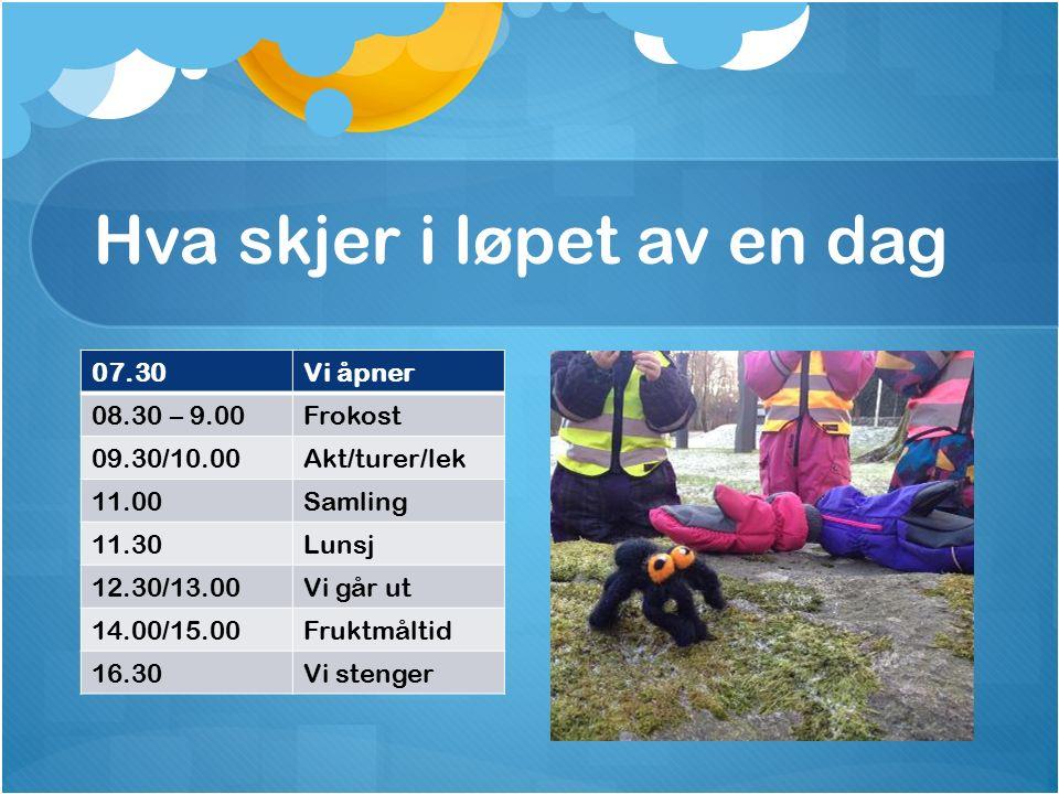 Hva skjer i løpet av en dag 07.30Vi åpner 08.30 – 9.00Frokost 09.30/10.00Akt/turer/lek 11.00Samling 11.30Lunsj 12.30/13.00Vi går ut 14.00/15.00Fruktmåltid 16.30Vi stenger