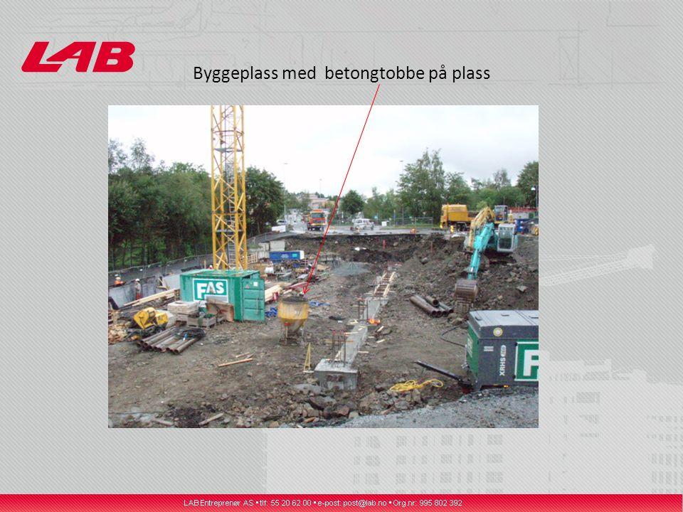 Byggeplass med betongtobbe på plass
