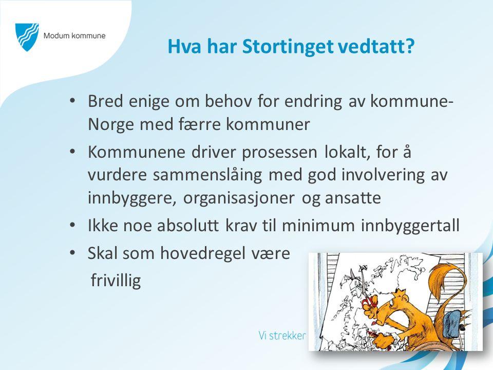 Hva har Stortinget vedtatt? Bred enige om behov for endring av kommune- Norge med færre kommuner Kommunene driver prosessen lokalt, for å vurdere samm