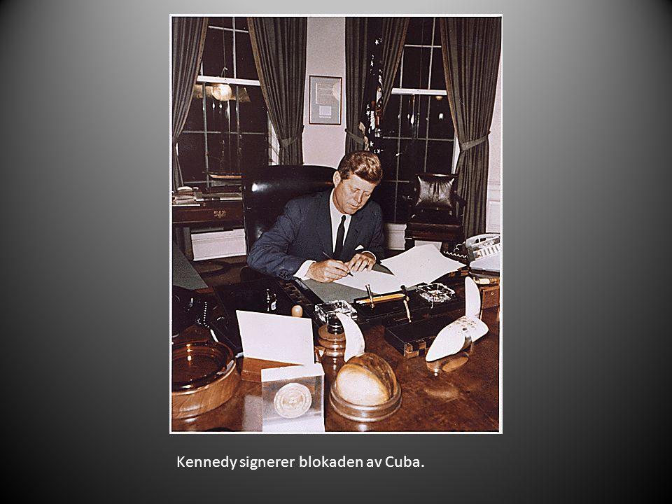 Kennedy signerer blokaden av Cuba.