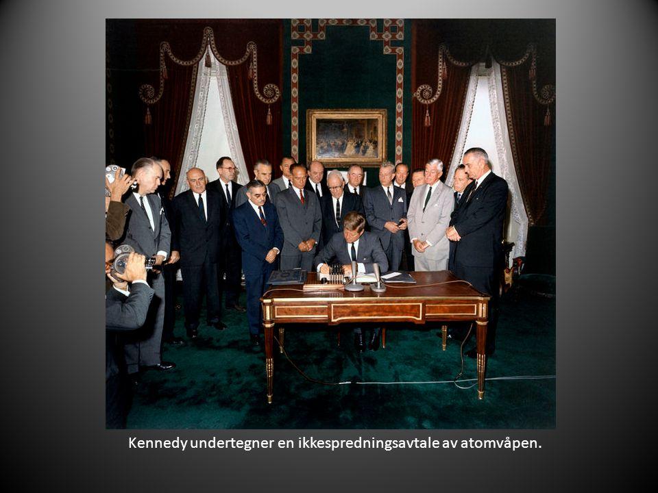 Kennedy undertegner en ikkespredningsavtale av atomvåpen.