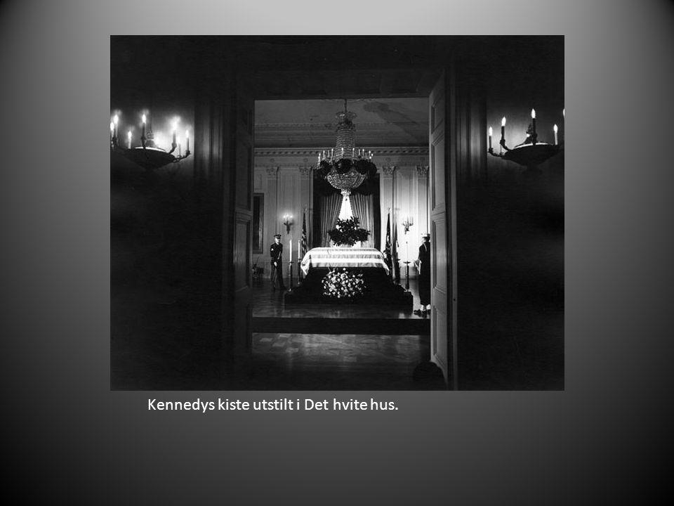 Kennedys kiste utstilt i Det hvite hus.