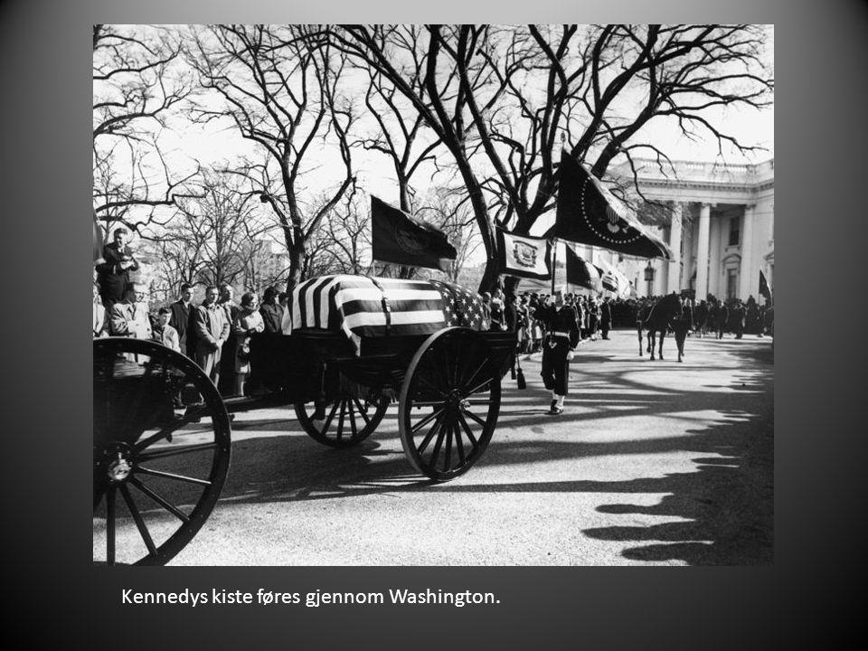 Kennedys kiste føres gjennom Washington.