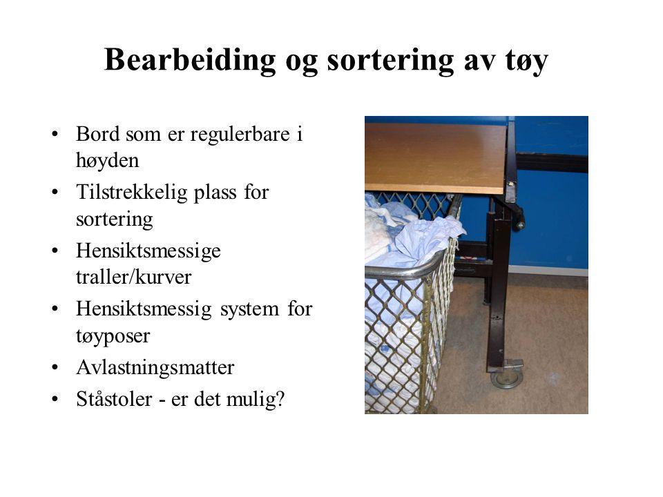 Bearbeiding og sortering av tøy Bord som er regulerbare i høyden Tilstrekkelig plass for sortering Hensiktsmessige traller/kurver Hensiktsmessig system for tøyposer Avlastningsmatter Ståstoler - er det mulig
