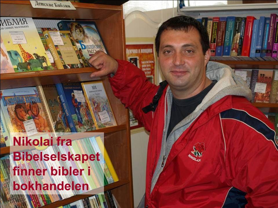 Bibeldagen 2009 Bibler til Russland Nikolai fra Bibelselskapet finner bibler i bokhandelen