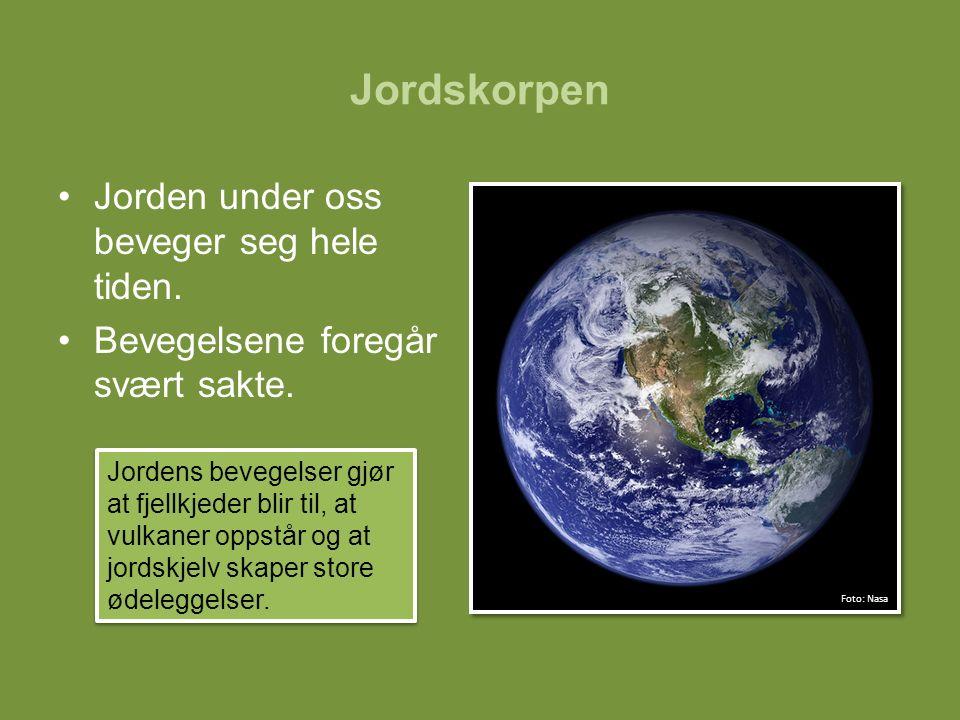 Jorden under oss beveger seg hele tiden. Bevegelsene foregår svært sakte. Jordens bevegelser gjør at fjellkjeder blir til, at vulkaner oppstår og at j