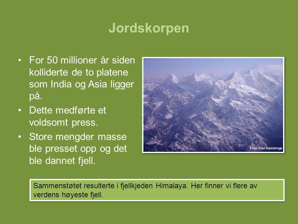 Jordskorpen For 50 millioner år siden kolliderte de to platene som India og Asia ligger på. Dette medførte et voldsomt press. Store mengder masse ble
