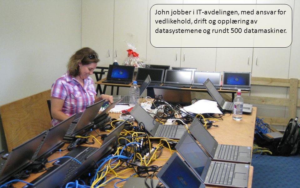 01.04.11 John jobber i IT-avdelingen, med ansvar for vedlikehold, drift og opplæring av datasystemene og rundt 500 datamaskiner.