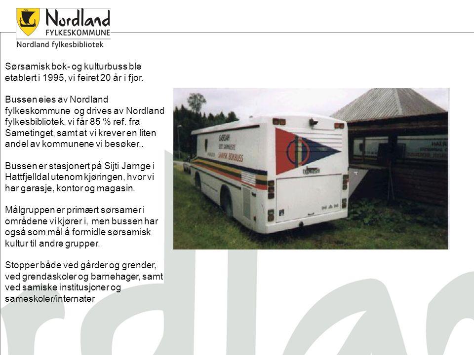 Sørsamisk bok- og kulturbuss ble etablert i 1995, vi feiret 20 år i fjor. Bussen eies av Nordland fylkeskommune og drives av Nordland fylkesbibliotek,