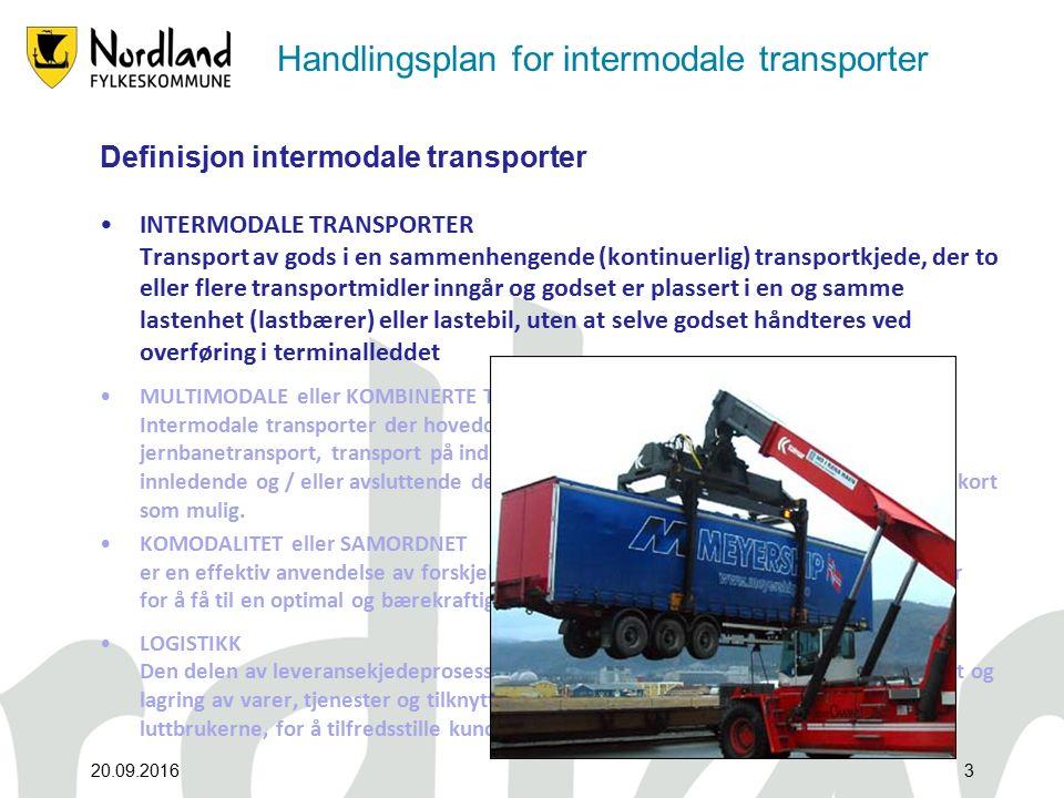 Handlingsplan for intermodale transporter Definisjon intermodale transporter INTERMODALE TRANSPORTER Transport av gods i en sammenhengende (kontinuerlig) transportkjede, der to eller flere transportmidler inngår og godset er plassert i en og samme lastenhet (lastbærer) eller lastebil, uten at selve godset håndteres ved overføring i terminalleddet MULTIMODALE eller KOMBINERTE TRANSPORTER Intermodale transporter der hoveddelen av transportkjeden i Europa utføres som jernbanetransport, transport på indre vannveger eller sjøtransport, og der den innledende og / eller avsluttende del av transportkjeden (distribusjon) på veg er så kort som mulig.