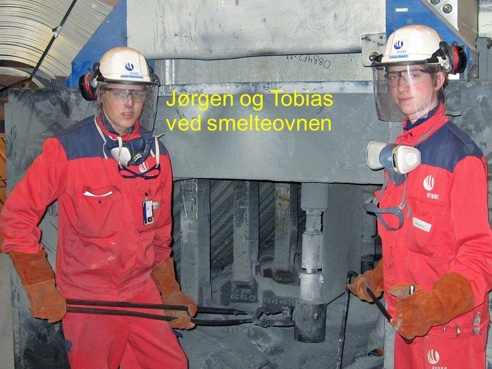 Eirik ved CNC-benken på OSS-Nor Jørgen og Tobias ved smelteovnen