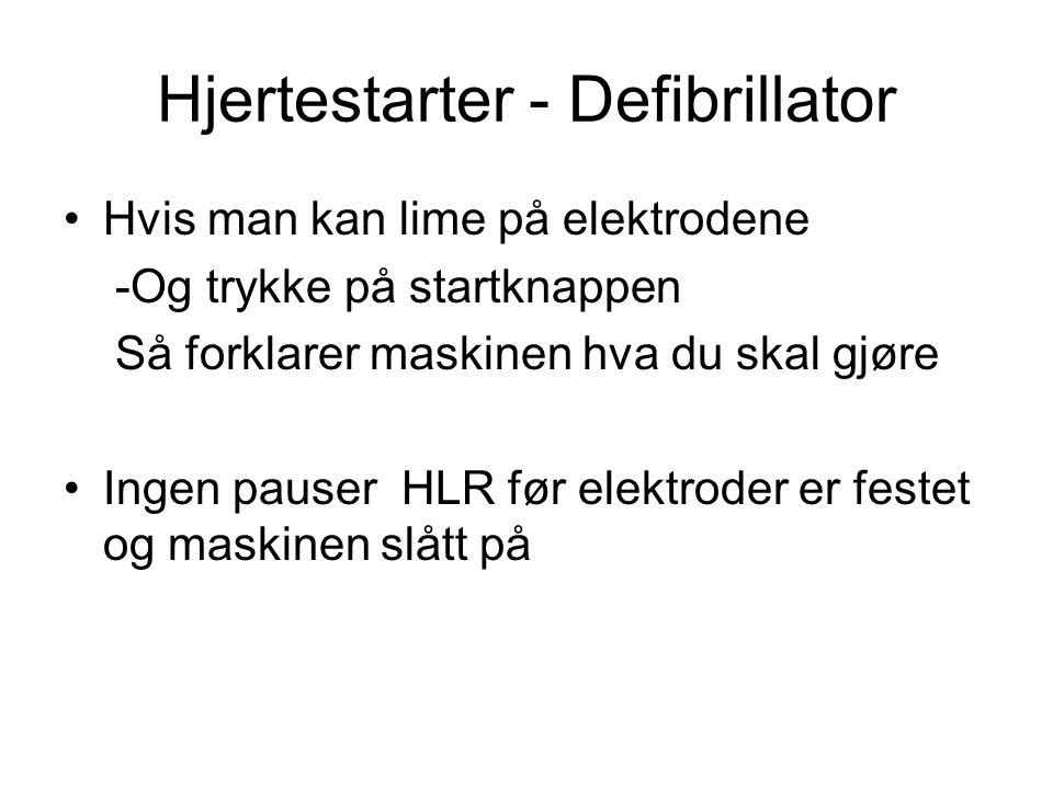 Hjertestarter - Defibrillator Hvis man kan lime på elektrodene -Og trykke på startknappen Så forklarer maskinen hva du skal gjøre Ingen pauser HLR før elektroder er festet og maskinen slått på