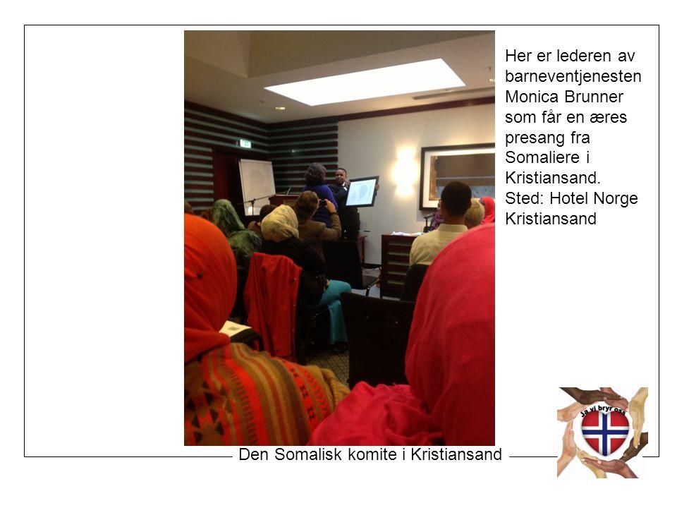 Her er lederen av barneventjenesten Monica Brunner som får en æres presang fra Somaliere i Kristiansand.
