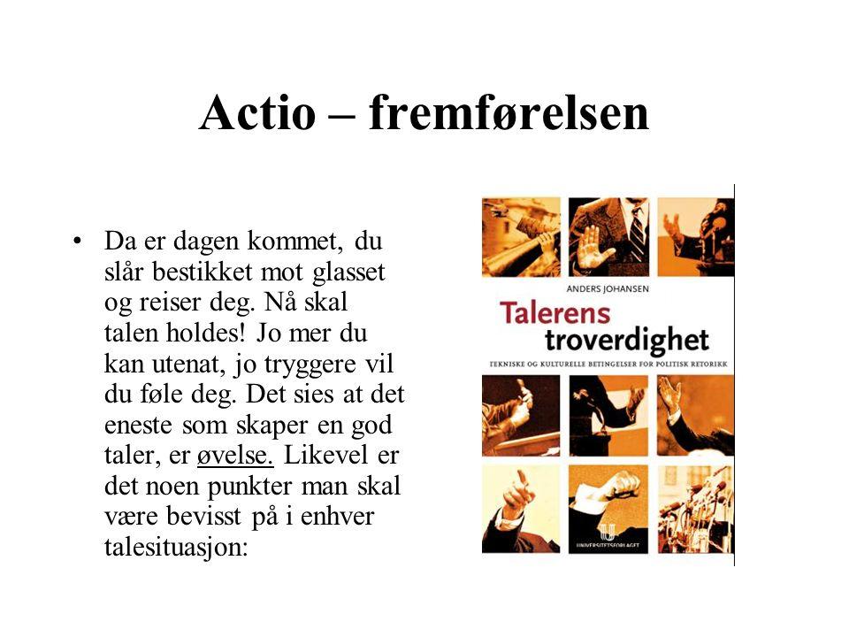 Actio – fremførelsen Da er dagen kommet, du slår bestikket mot glasset og reiser deg.