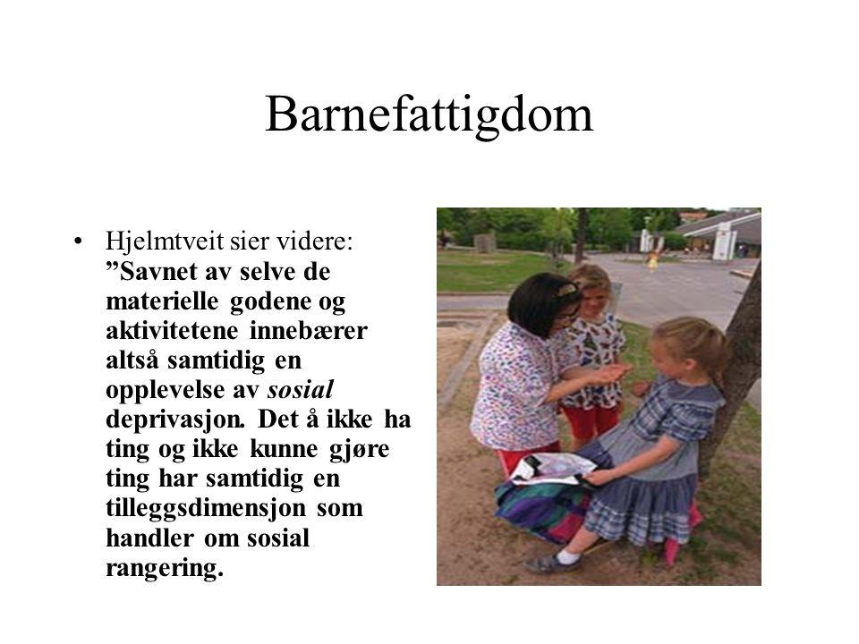 """Barnefattigdom Hjelmtveit sier videre: """"Savnet av selve de materielle godene og aktivitetene innebærer altså samtidig en opplevelse av sosial deprivas"""