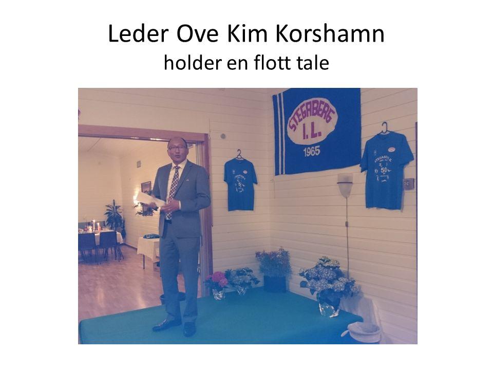 Leder Ove Kim Korshamn holder en flott tale