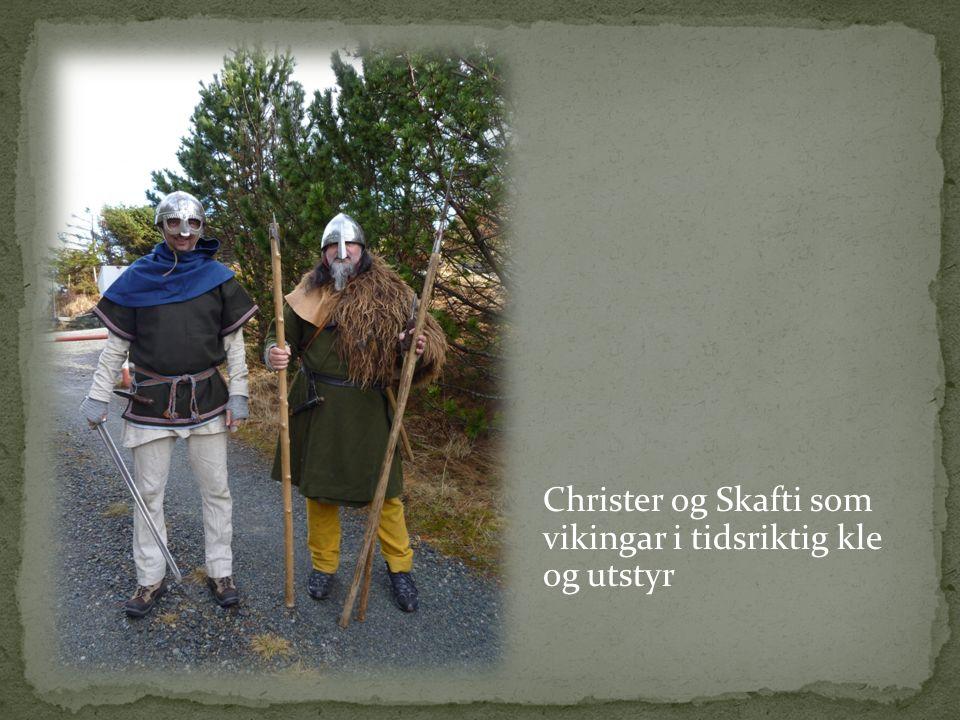 Christer og Skafti som vikingar i tidsriktig kle og utstyr