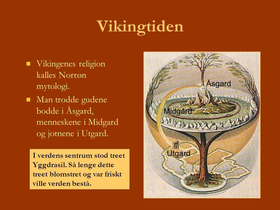 Vikingtiden Vikingenes religion kalles Norrøn mytologi. Man trodde gudene bodde i Åsgard, menneskene i Midgard og jotnene i Utgard. I verdens sentrum