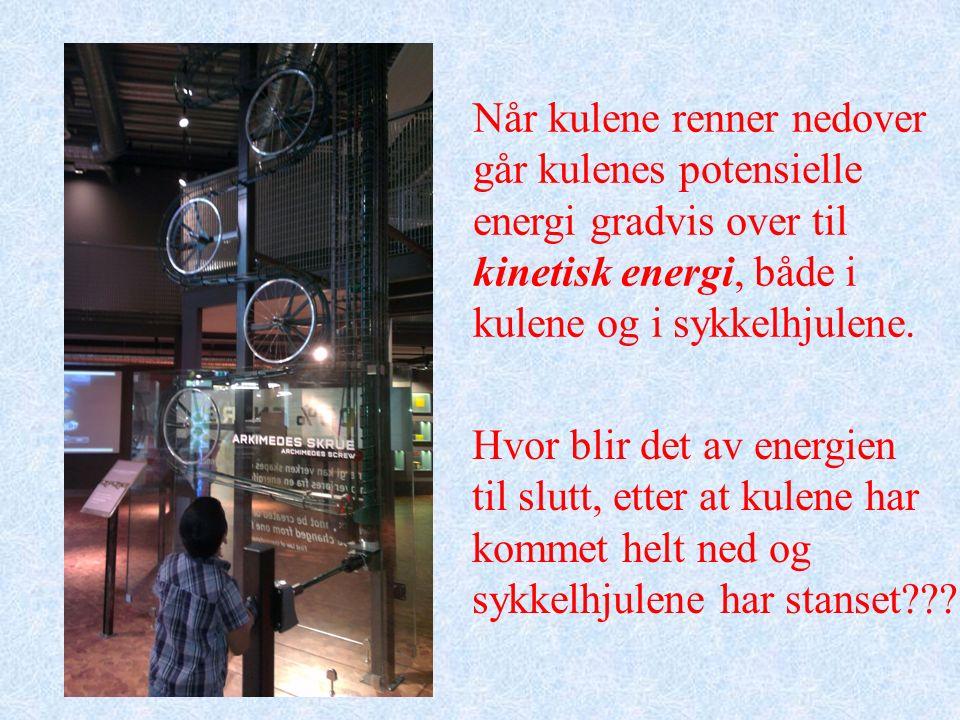 Når kulene renner nedover går kulenes potensielle energi gradvis over til kinetisk energi, både i kulene og i sykkelhjulene.