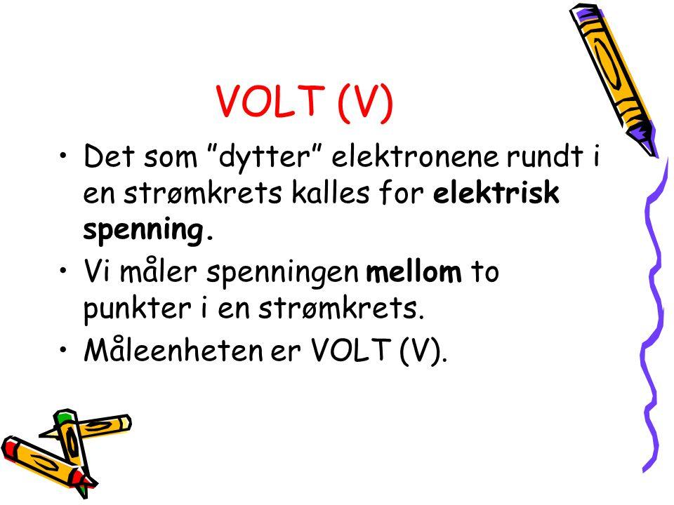"""VOLT (V) Det som """"dytter"""" elektronene rundt i en strømkrets kalles for elektrisk spenning. Vi måler spenningen mellom to punkter i en strømkrets. Måle"""