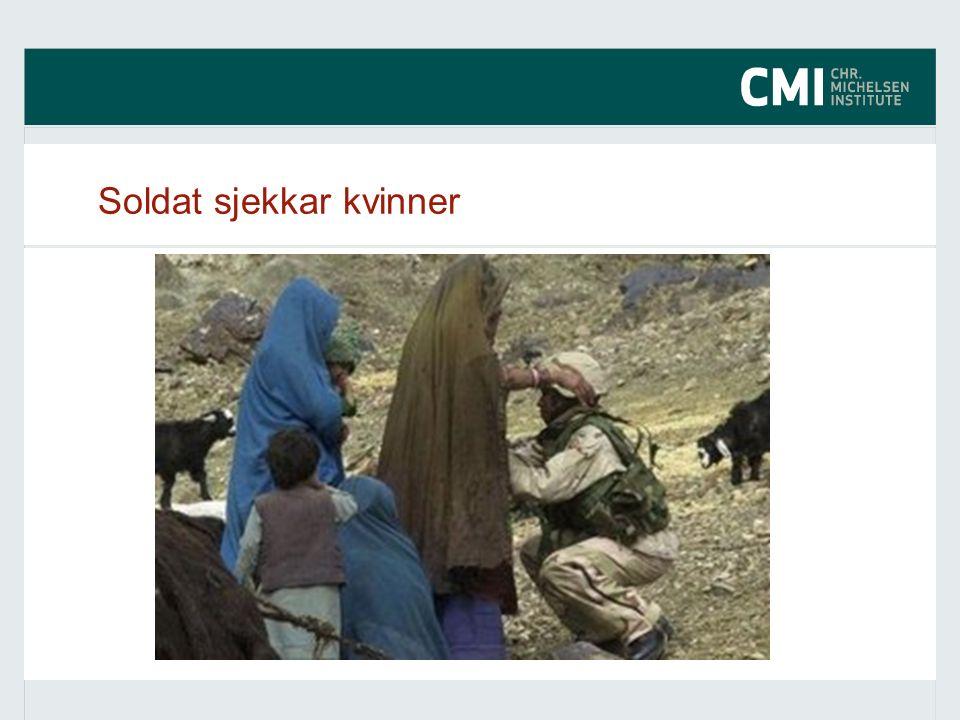 Soldat sjekkar kvinner