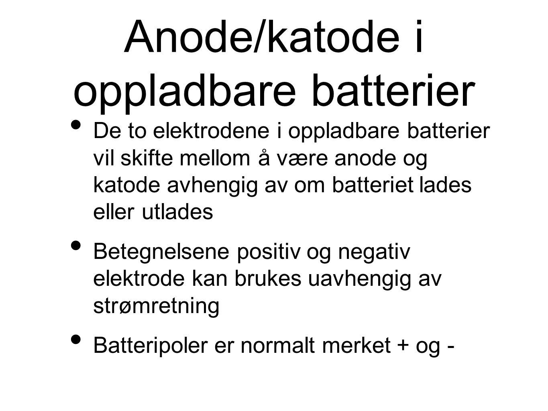 Anode/katode i oppladbare batterier De to elektrodene i oppladbare batterier vil skifte mellom å være anode og katode avhengig av om batteriet lades eller utlades Betegnelsene positiv og negativ elektrode kan brukes uavhengig av strømretning Batteripoler er normalt merket + og -