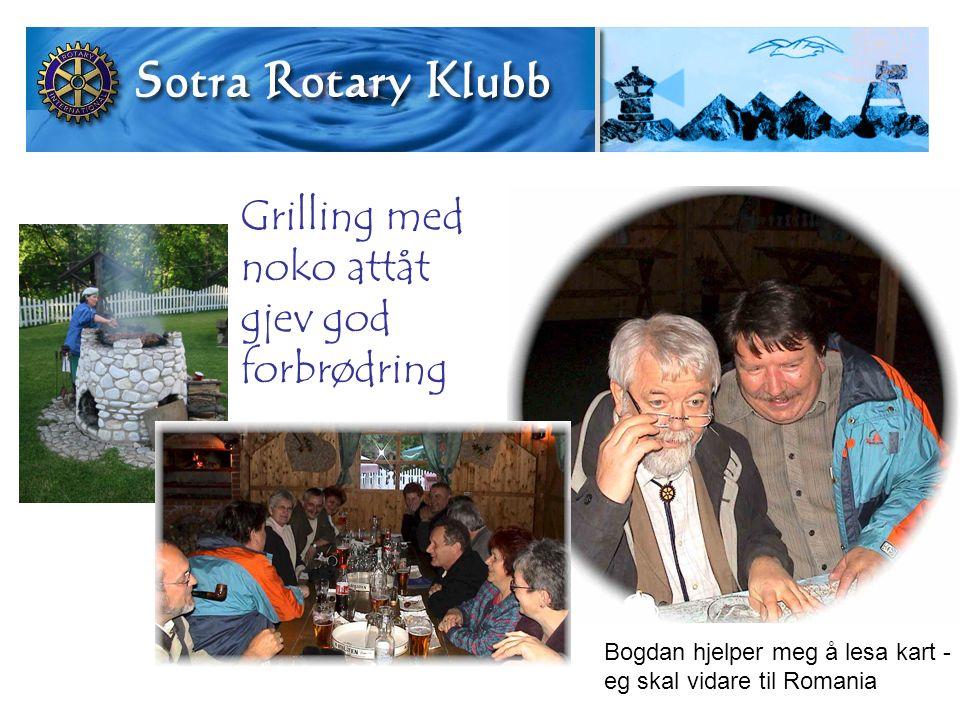 Grilling med noko attåt gjev god forbrødring Bogdan hjelper meg å lesa kart - eg skal vidare til Romania