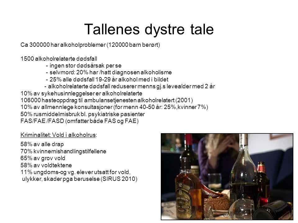 4 Tallenes dystre tale Ca 300000 har alkoholproblemer (120000 barn berørt) 1500 alkoholrelaterte dødsfall - ingen stor dødsårsak per se - selvmord: 20% har /hatt diagnosen alkoholisme - 25% alle dødsfall 19-29 år alkohol med i bildet - alkoholrelaterte dødsfall reduserer menns gj.s levealder med 2 år 10% av sykehusinnleggelser er alkoholrelaterte 106000 hasteoppdrag til ambulansetjenesten alkoholrelatert (2001) 10% av allmennlege konsultasjoner (for menn 40-50 år: 25%,kvinner 7%) 50% rusmiddelmisbruk bl.
