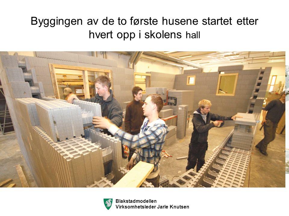 Byggingen av de to første husene startet etter hvert opp i skolens hall Blakstadmodellen Virksomhetsleder Jarle Knutsen