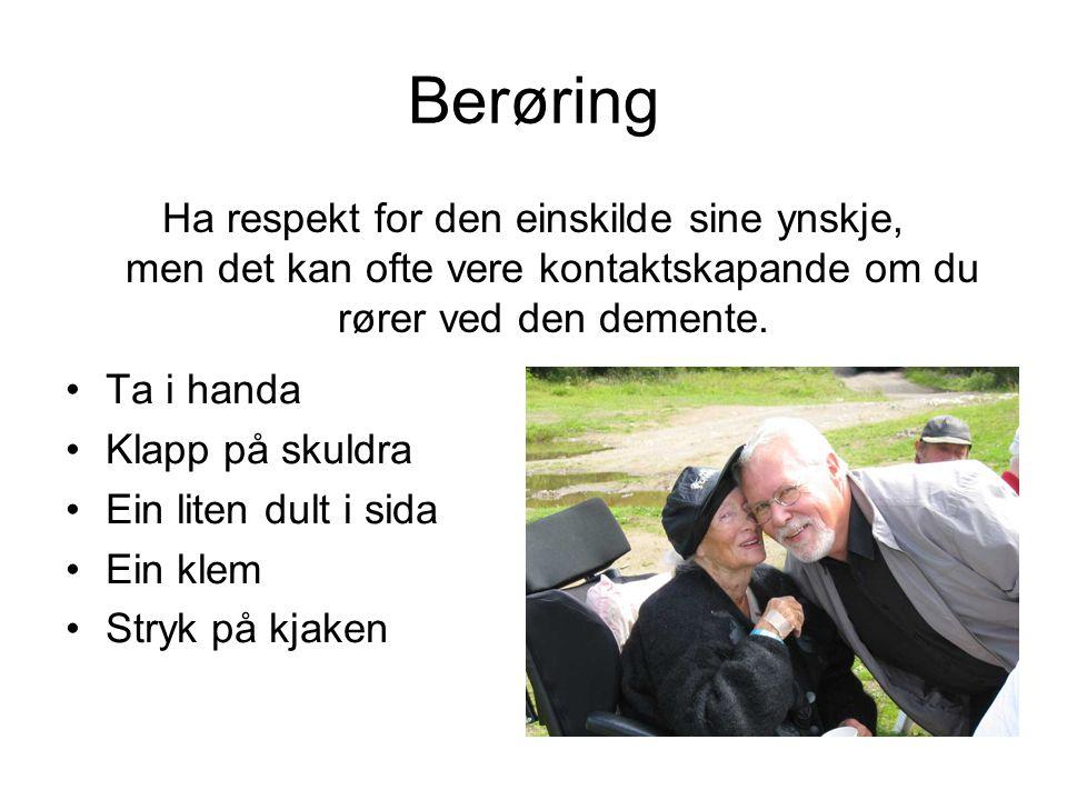 Berøring Ha respekt for den einskilde sine ynskje, men det kan ofte vere kontaktskapande om du rører ved den demente.