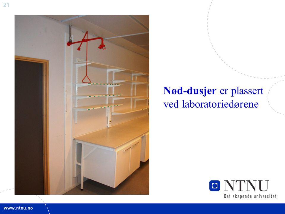 21 Nød-dusjer er plassert ved laboratoriedørene