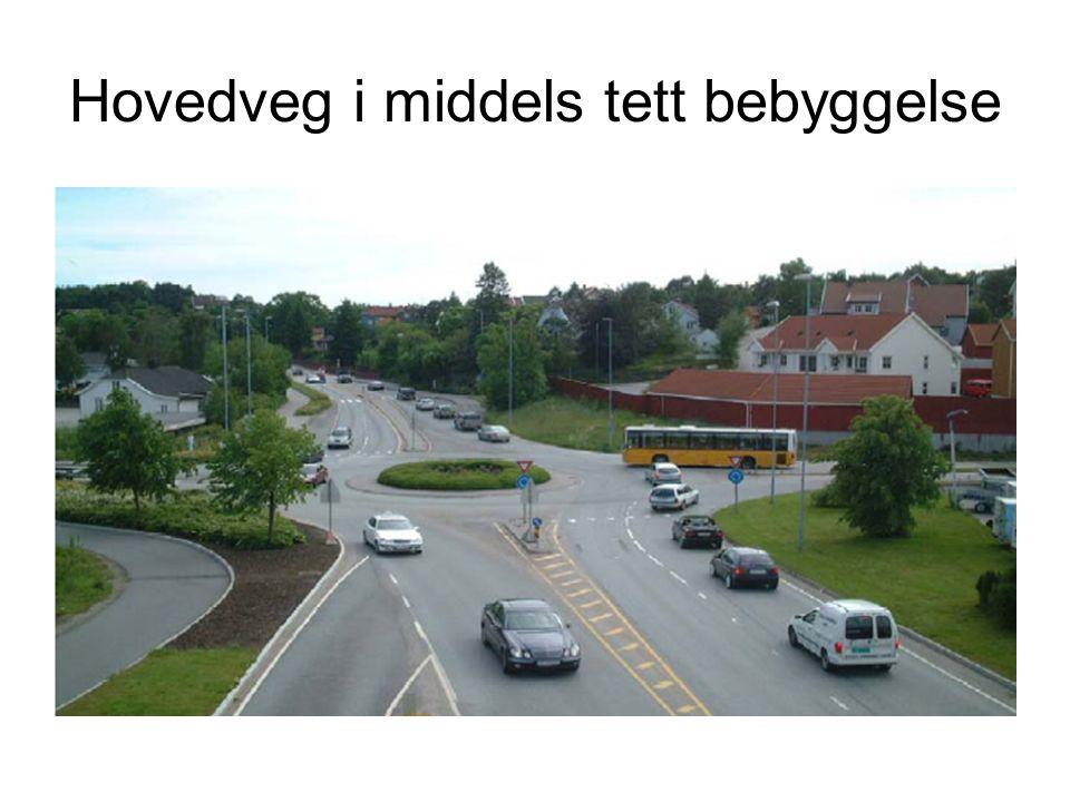 Hovedveg i middels tett bebyggelse