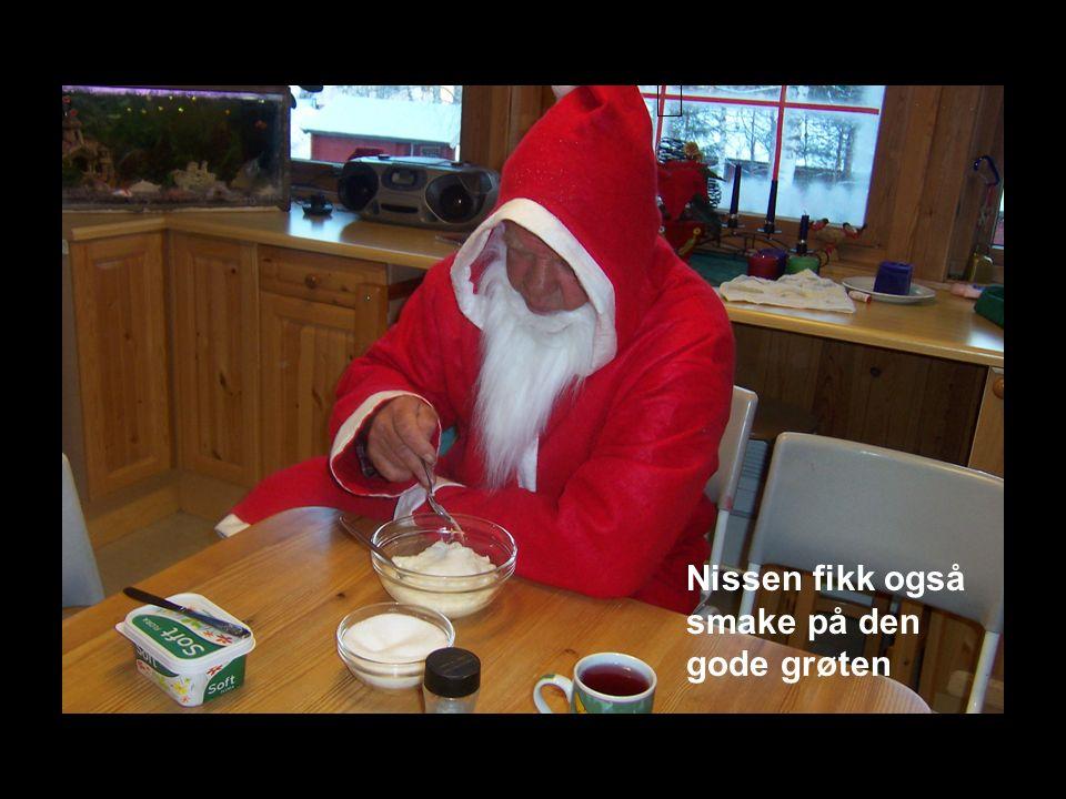 Julenissen! Hurra han kom jo i år også. Vi ba han komme inn, og det ville han gjerne.