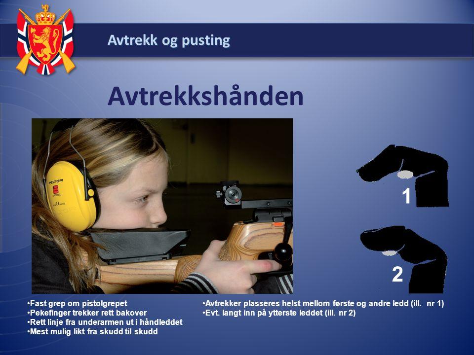 Avtrekk og pusting Avtrekkshånden Fast grep om pistolgrepet Pekefinger trekker rett bakover Rett linje fra underarmen ut i håndleddet Mest mulig likt
