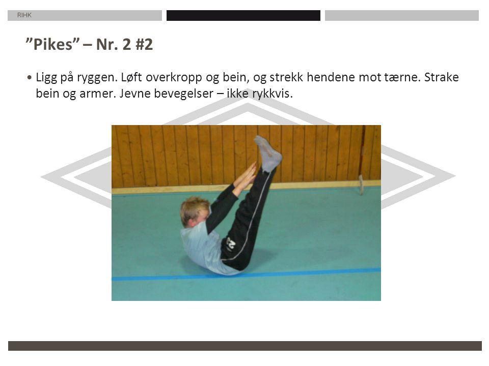 RIHK Pikes – Nr. 2 #2 Ligg på ryggen. Løft overkropp og bein, og strekk hendene mot tærne.
