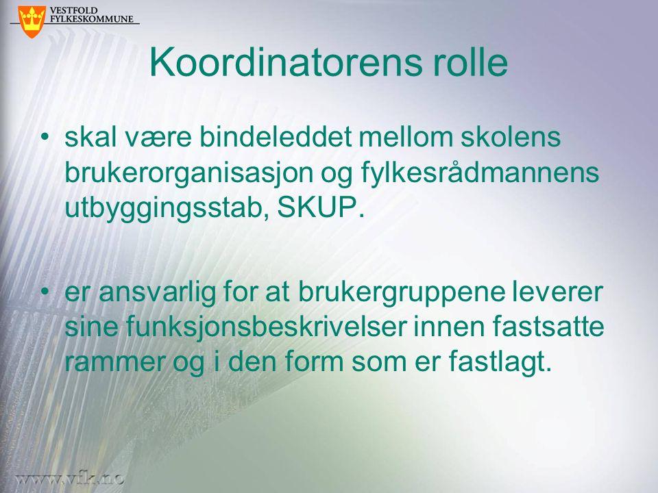 Koordinatorens rolle skal være bindeleddet mellom skolens brukerorganisasjon og fylkesrådmannens utbyggingsstab, SKUP. er ansvarlig for at brukergrupp