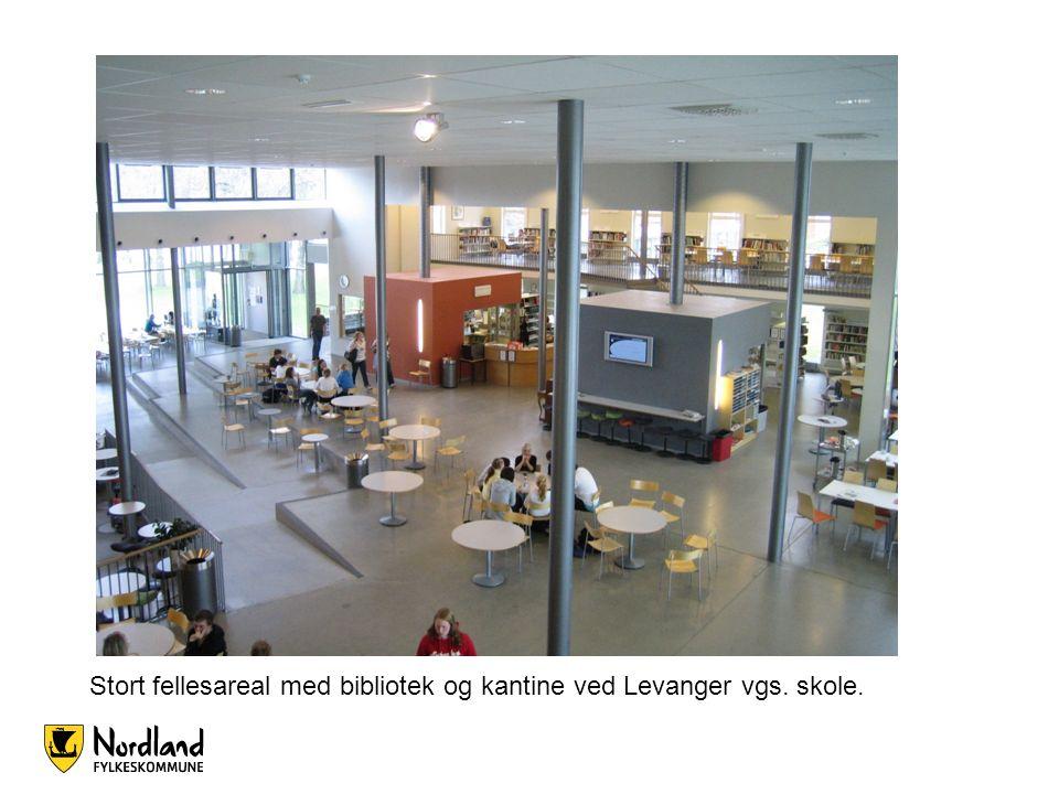 Stort fellesareal med bibliotek og kantine ved Levanger vgs. skole.